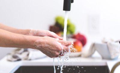 mani, acqua e lavaggio